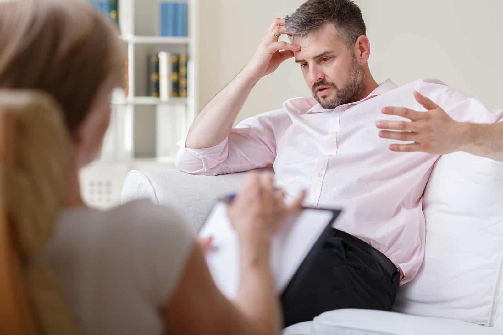 Mann spricht auf Psychotherapie-Sitzung
