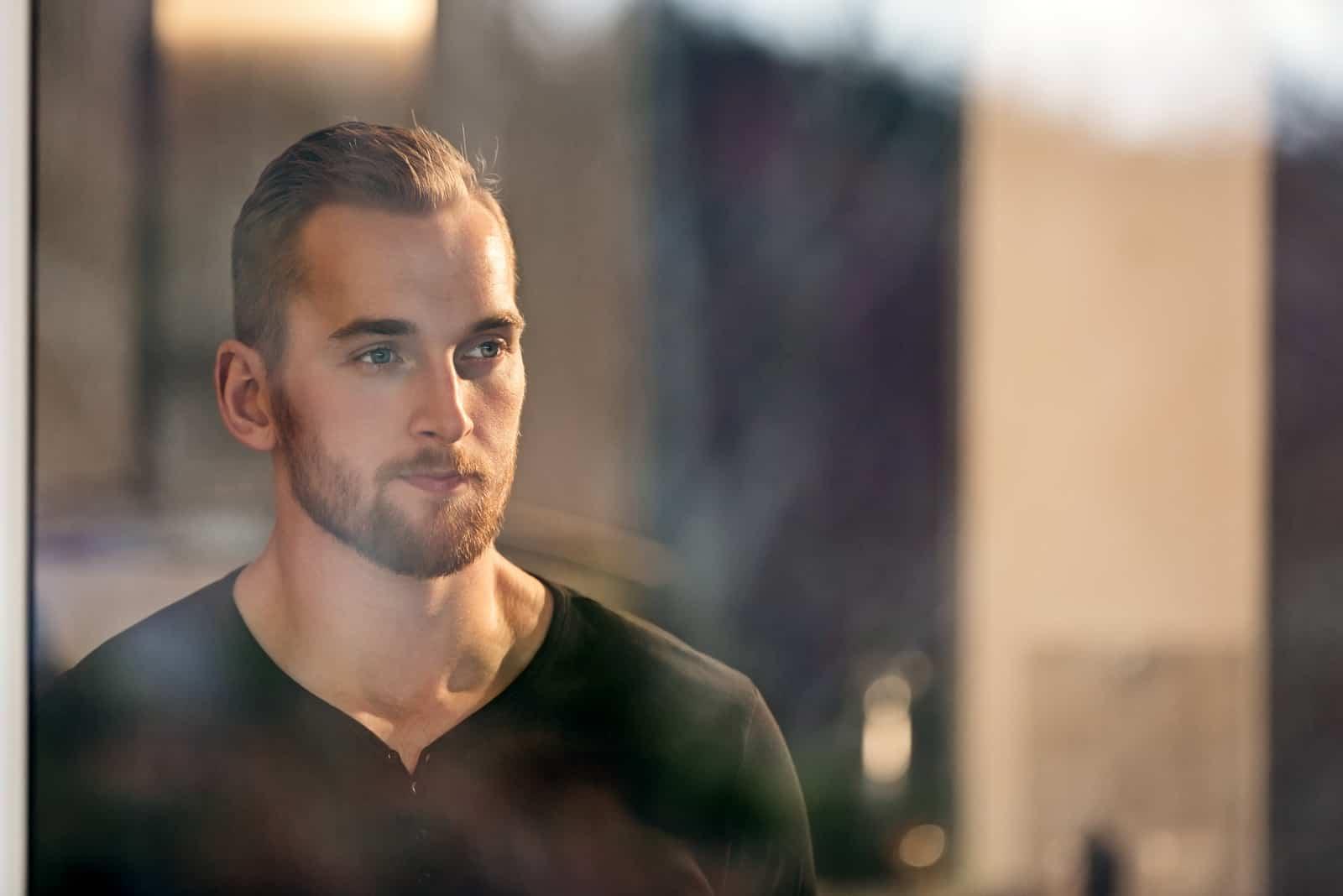 Mann trägt ein schwarzes langärmeliges Hemd