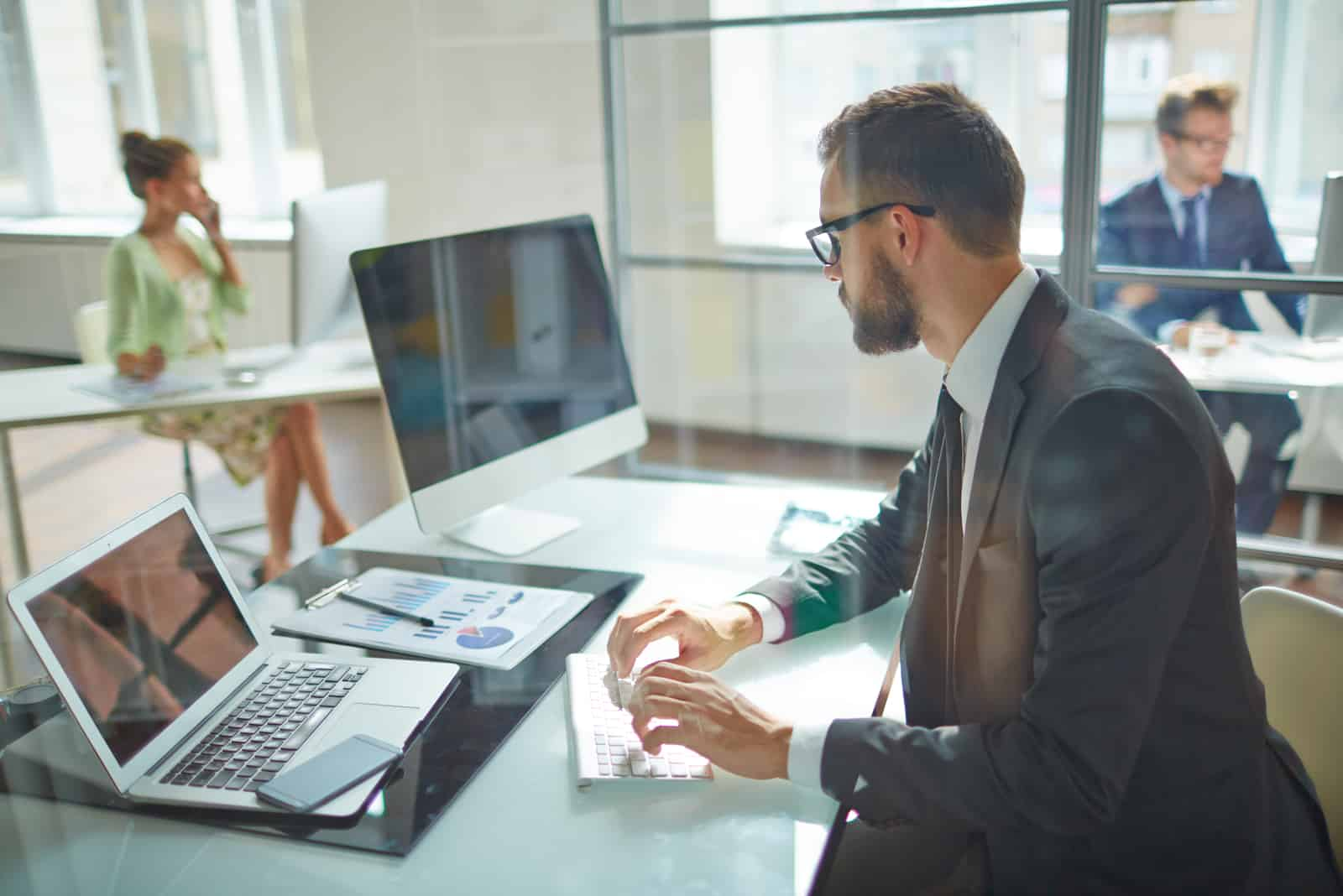 Mitarbeiter auf Computermonitor