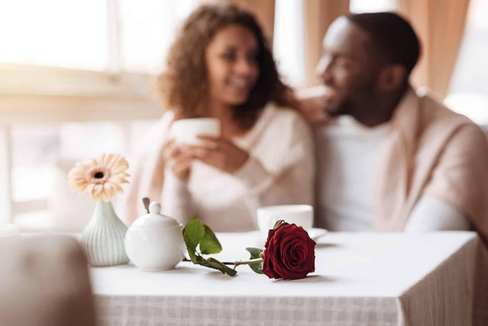 Paar mit dem Date im Cafe