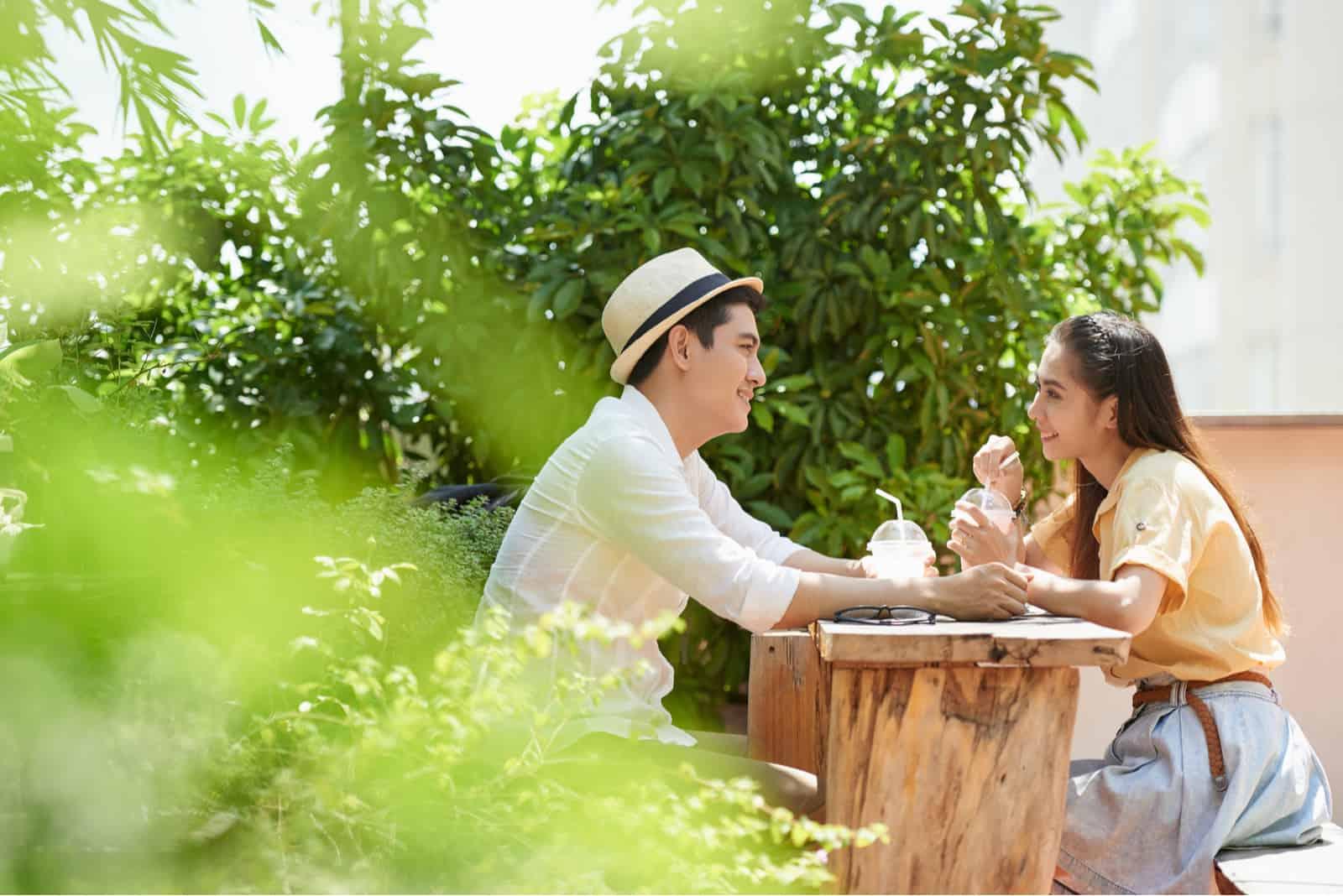 Paar sitzt im Freien Café, wenn Date
