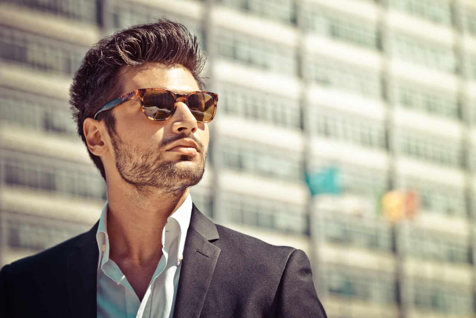 Schöner Geschäftsmann mit Sonnenbrille
