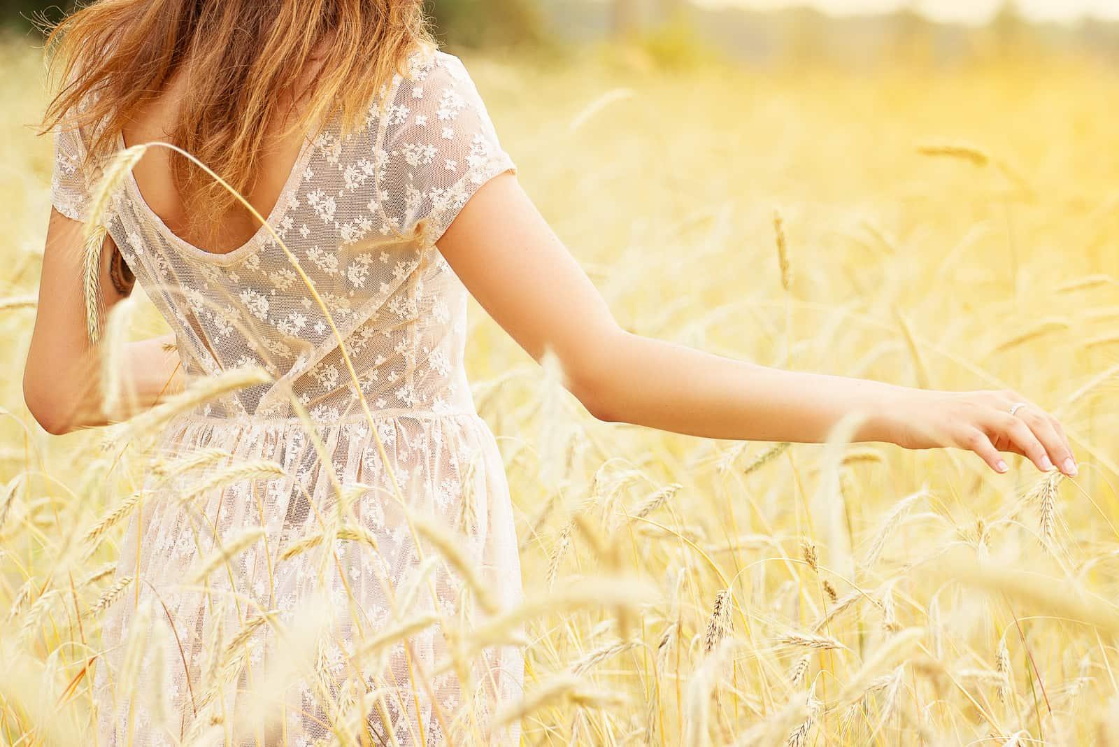 Schönes Mädchen in einem Weizenfeld