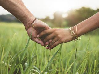 Paar hält eine Hand