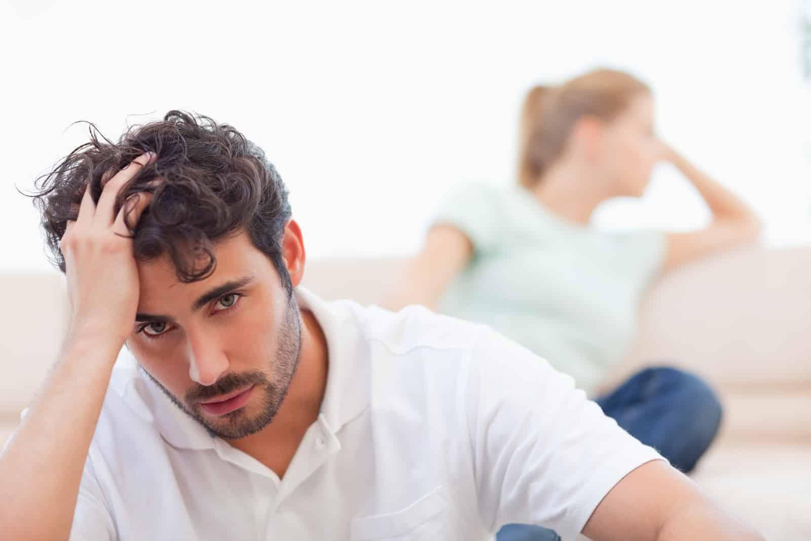 Trauriges Paar wütend aufeinander in ihrem Wohnzimmer