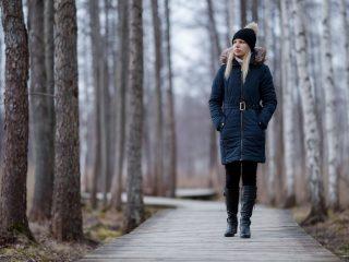 Eine imaginäre Frau geht durch den Park