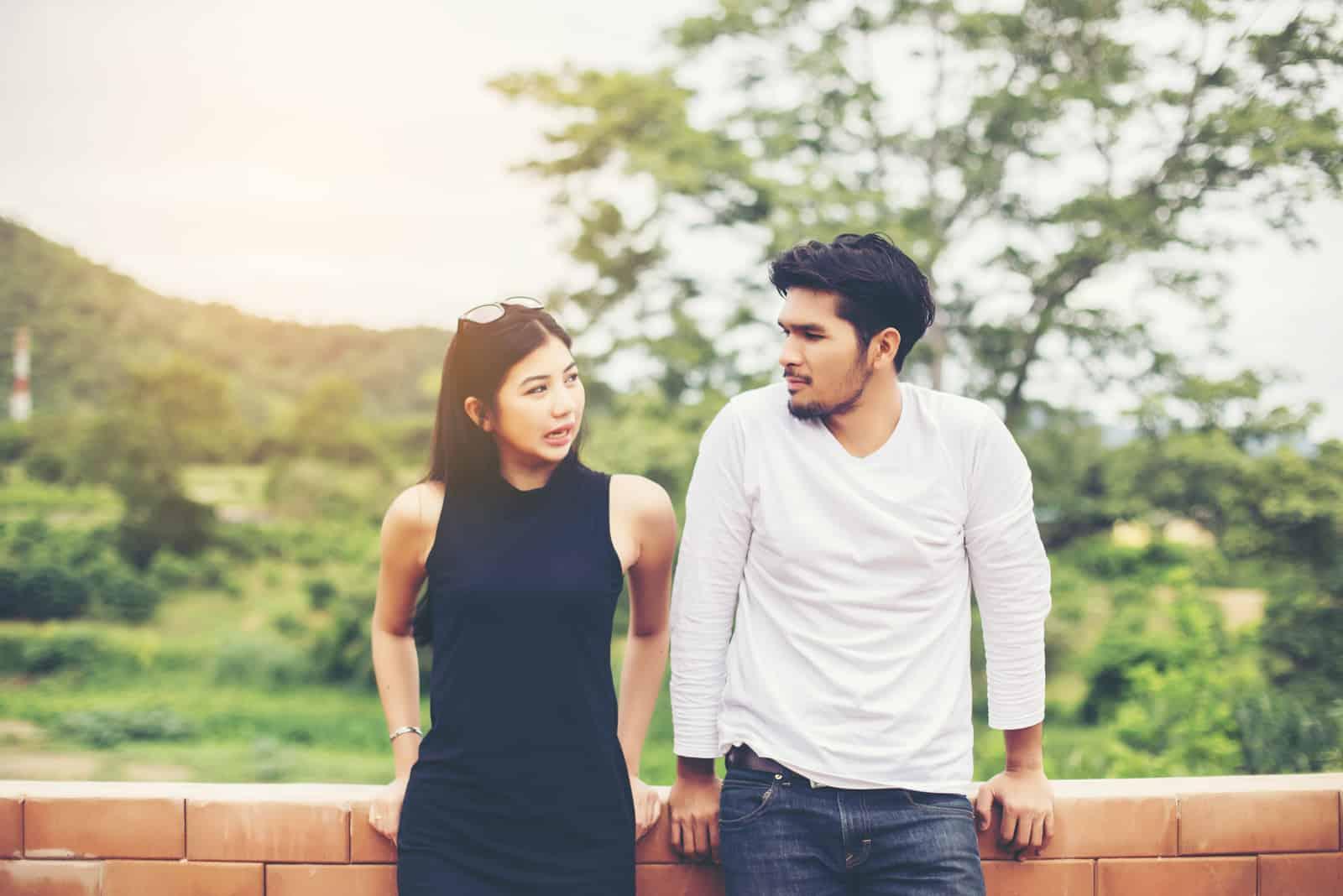 attraktive Frau, die ernsthaft auf ihren Freund hört