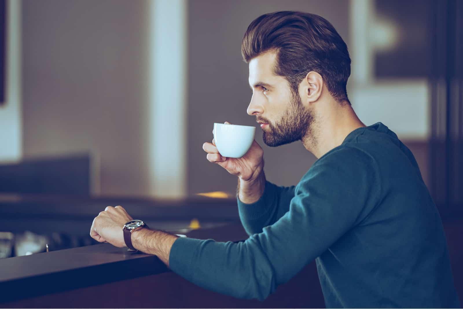 hübscher junger Mann, der Kaffee trinkt
