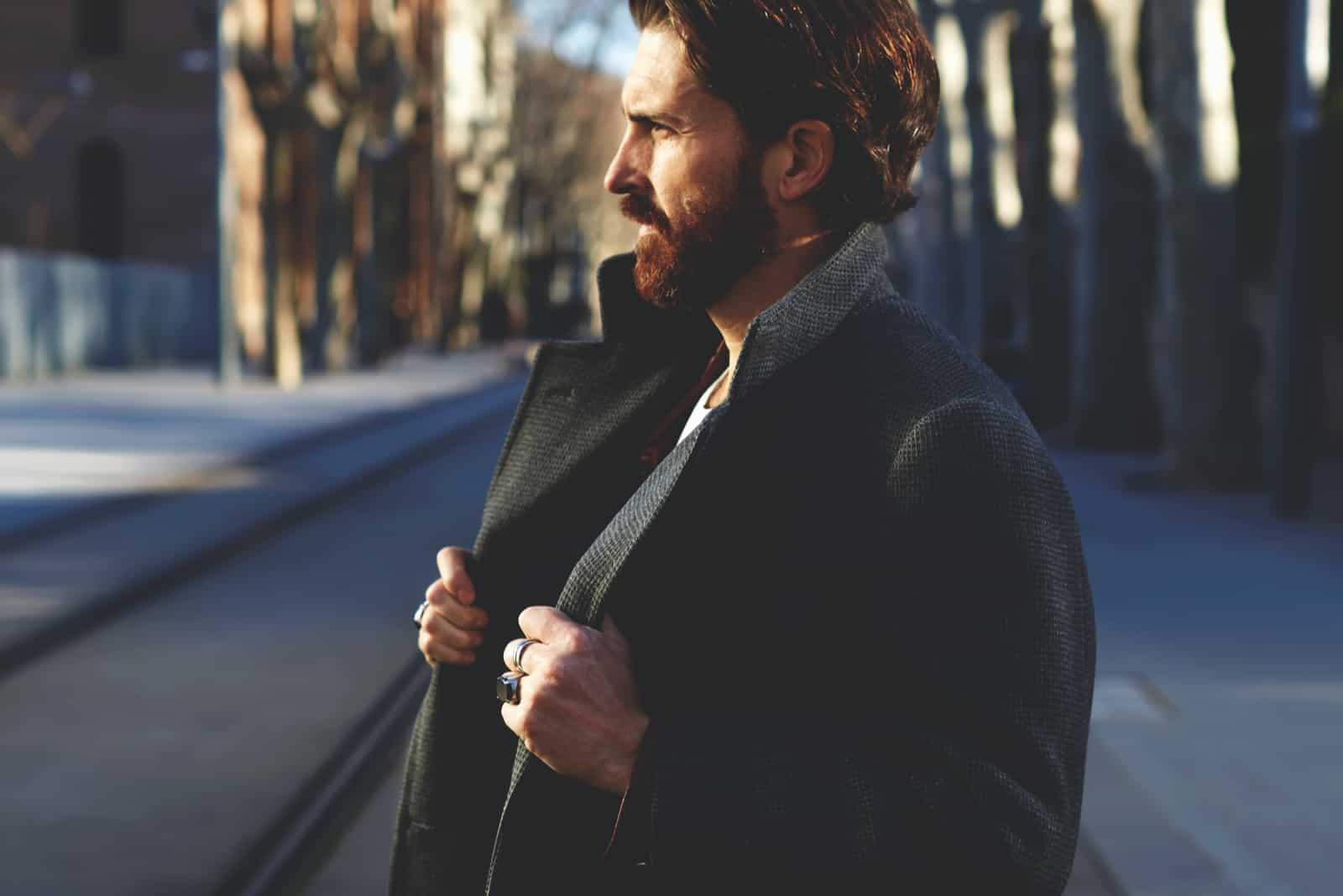 modischer gut gekleideter Mann mit Bart