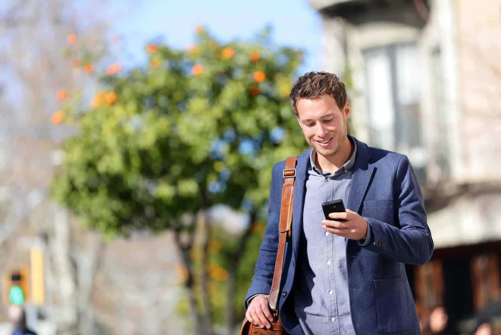 professioneller Mann mit Smartphone