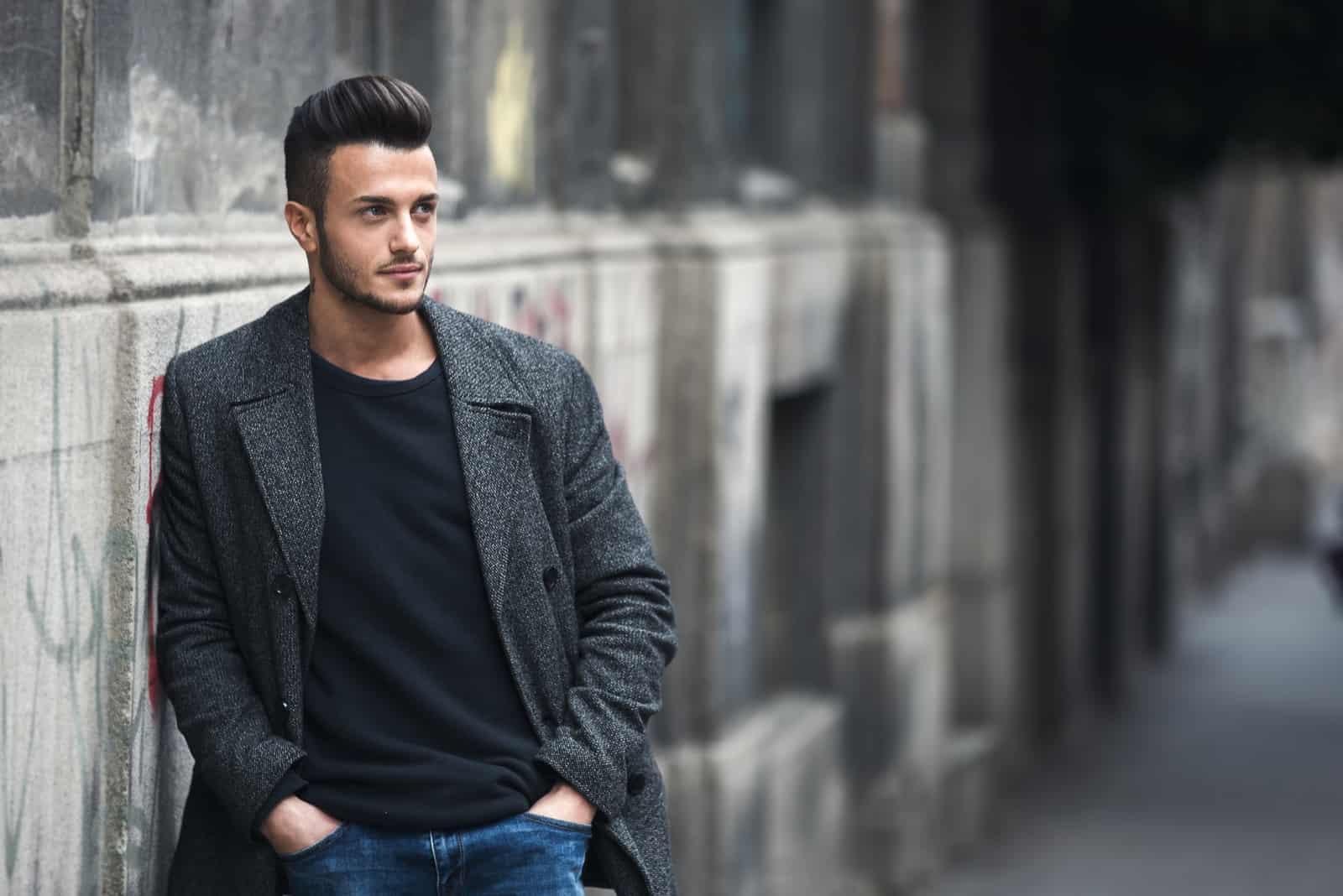 schöner stilvoller Mann im eleganten Mantel