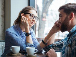 junges schönes Paar bei einem Date, das Kaffee im Café trinkt