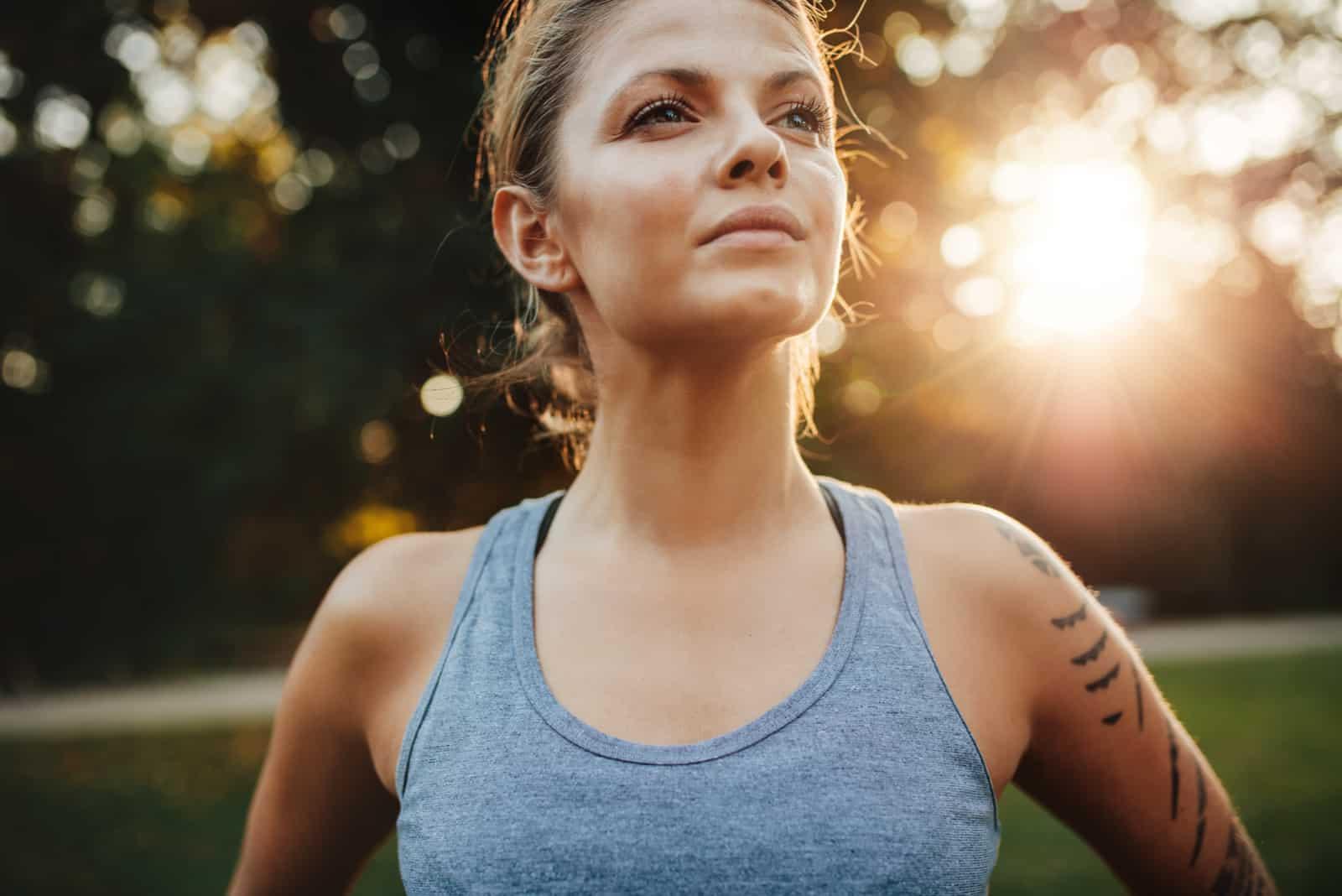 Fit junge Frau in Sportkleidung im Freien stehen