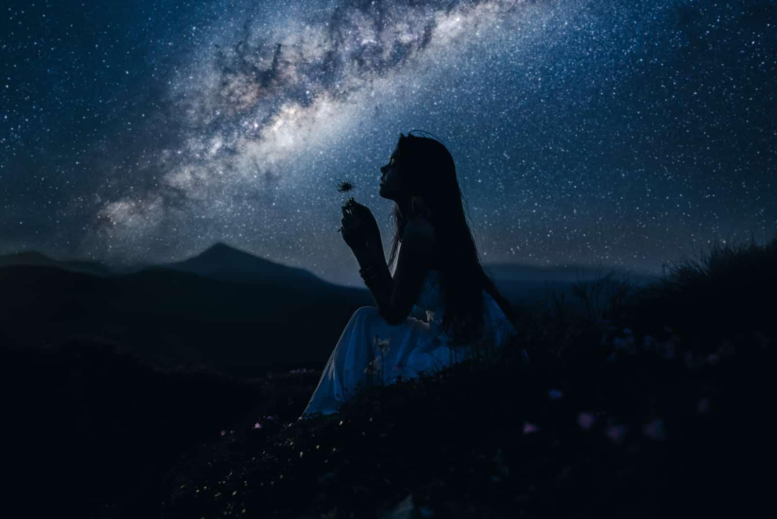 Frau, die schöne Milchstraße betrachtet