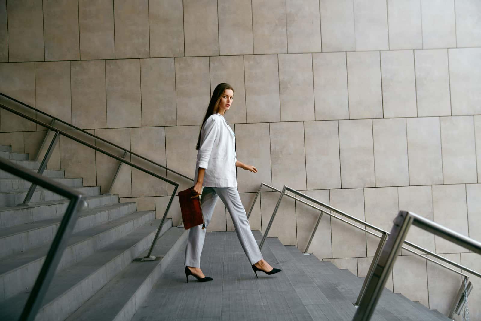 Frau geht nach unten zur Arbeit