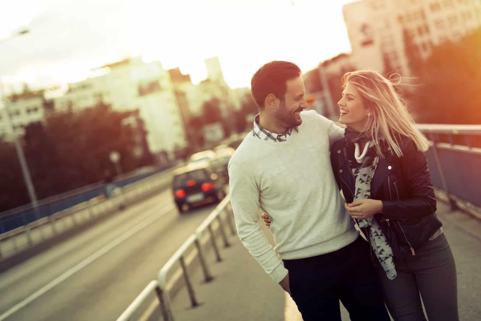Glückliches Touristenpaar, das verliebt ist, zu reisen und sich zu verbinden