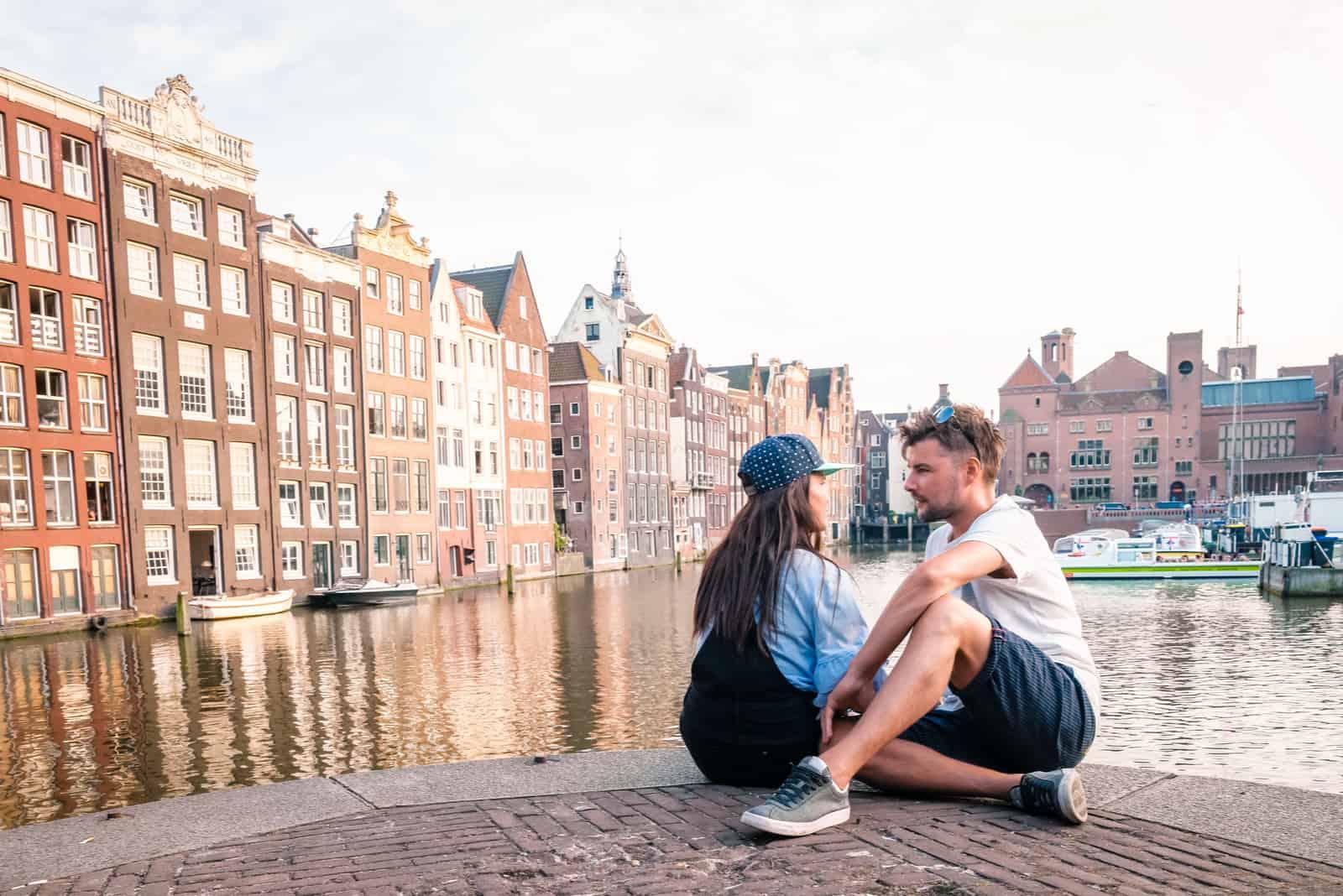 Mann und Frau an einem Sommerabend
