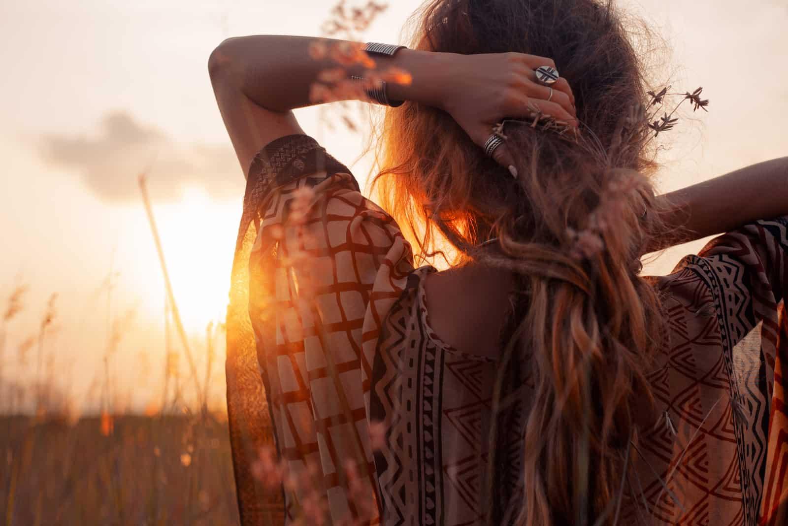 Nahaufnahme einer schönen jungen Frau bei Sonnenuntergang