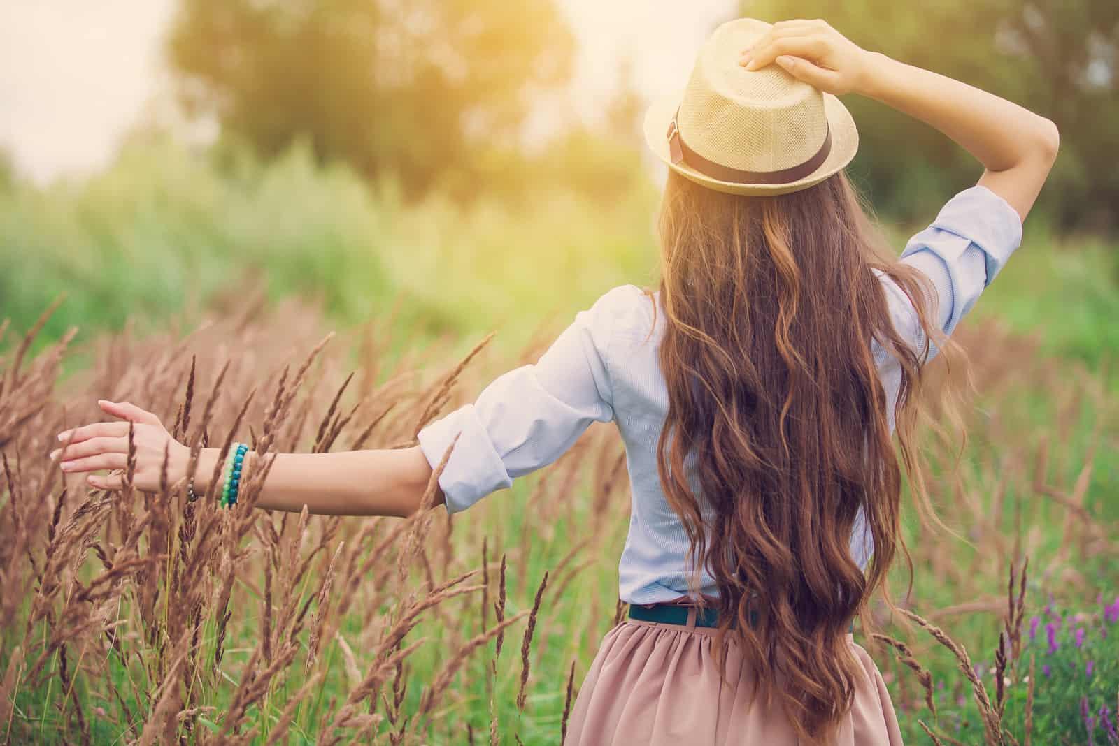 junges Mädchen im Freien, das die Natur genießt