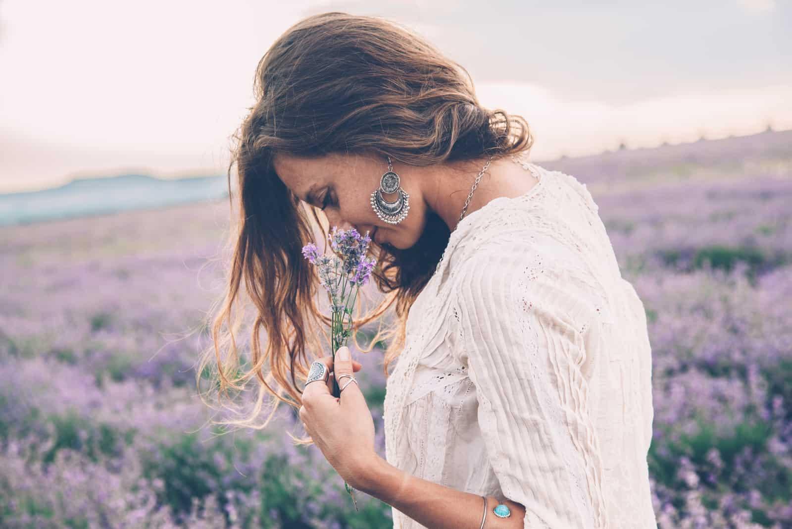 schöne Frau im Lavendelfeld