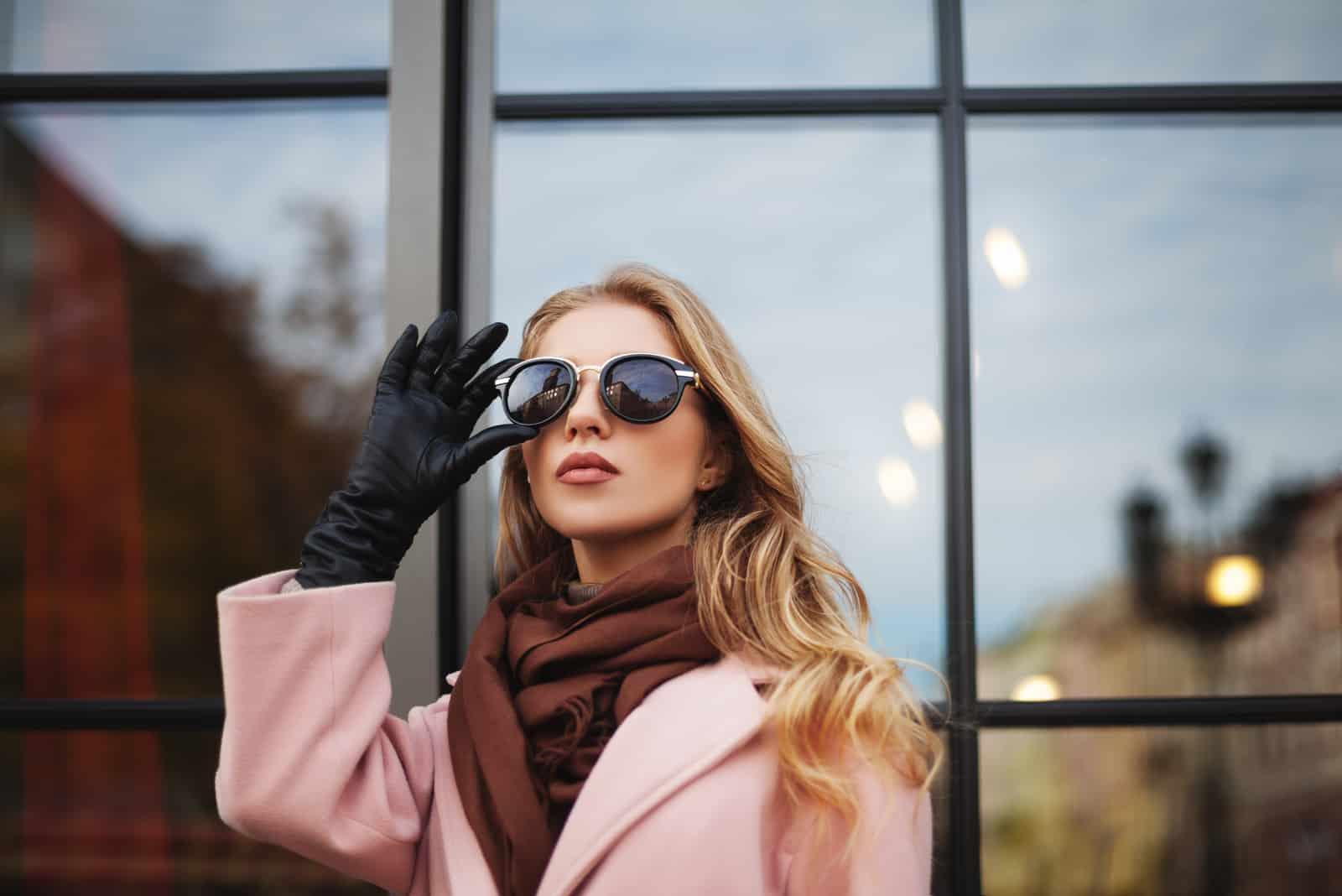 schöne junge Frau mit Sonnenbrille