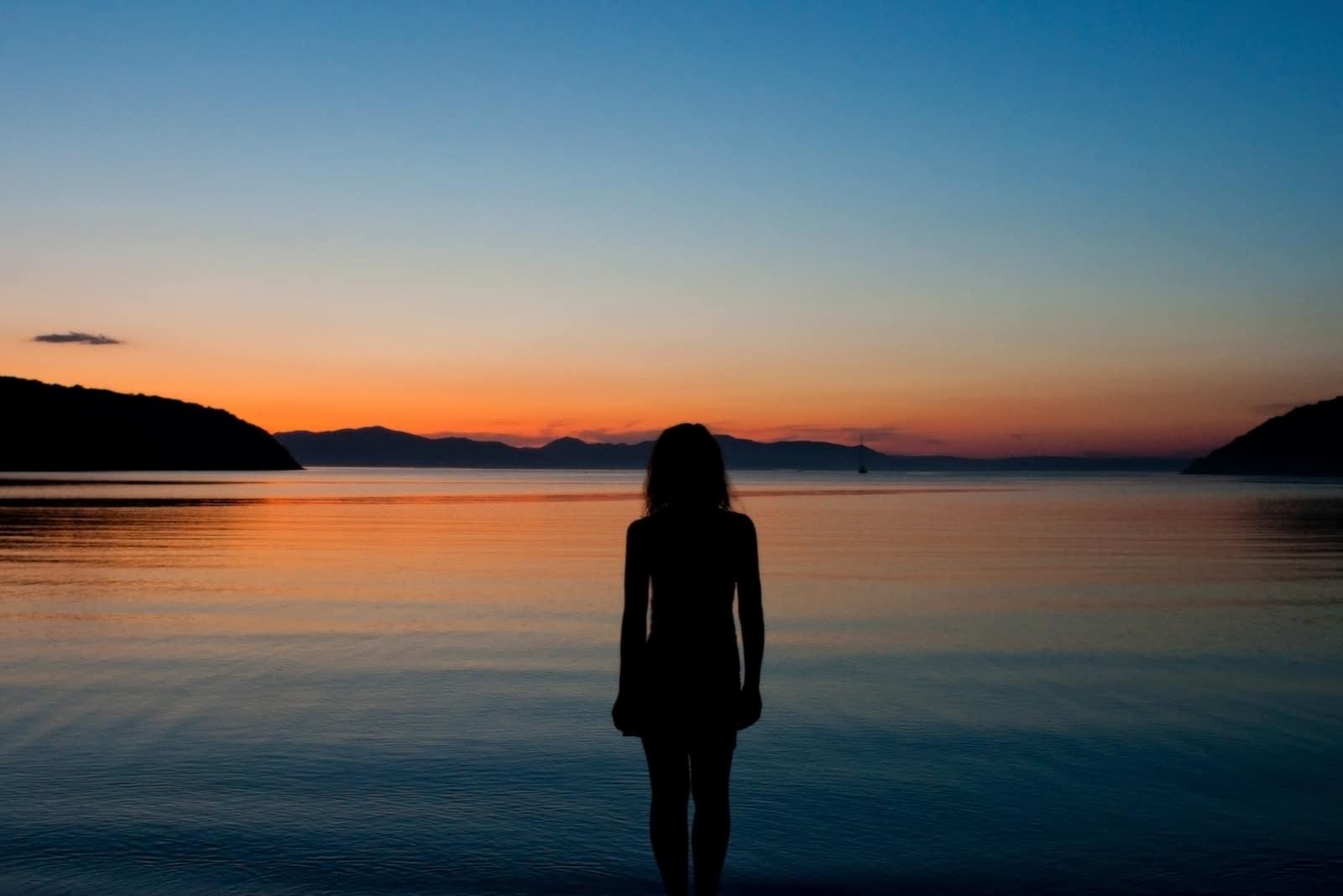 schwarze Silhouette einer Frau