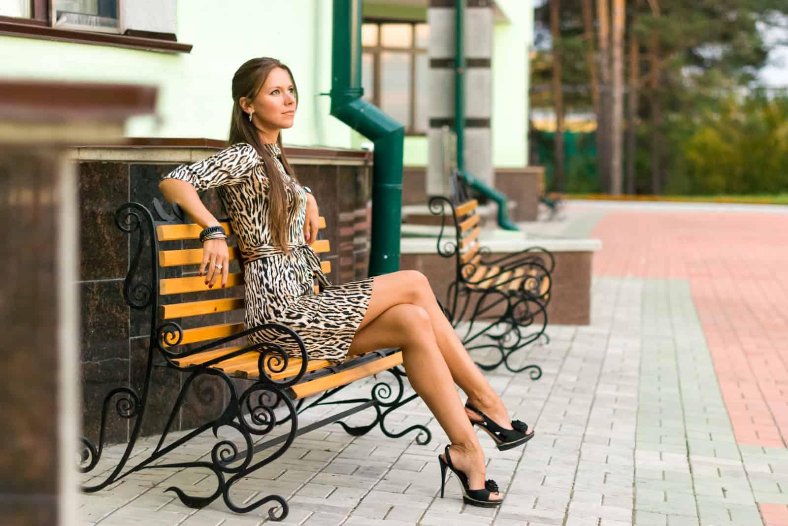 selbstbewusstes Mädchen sitzt auf einer Bank