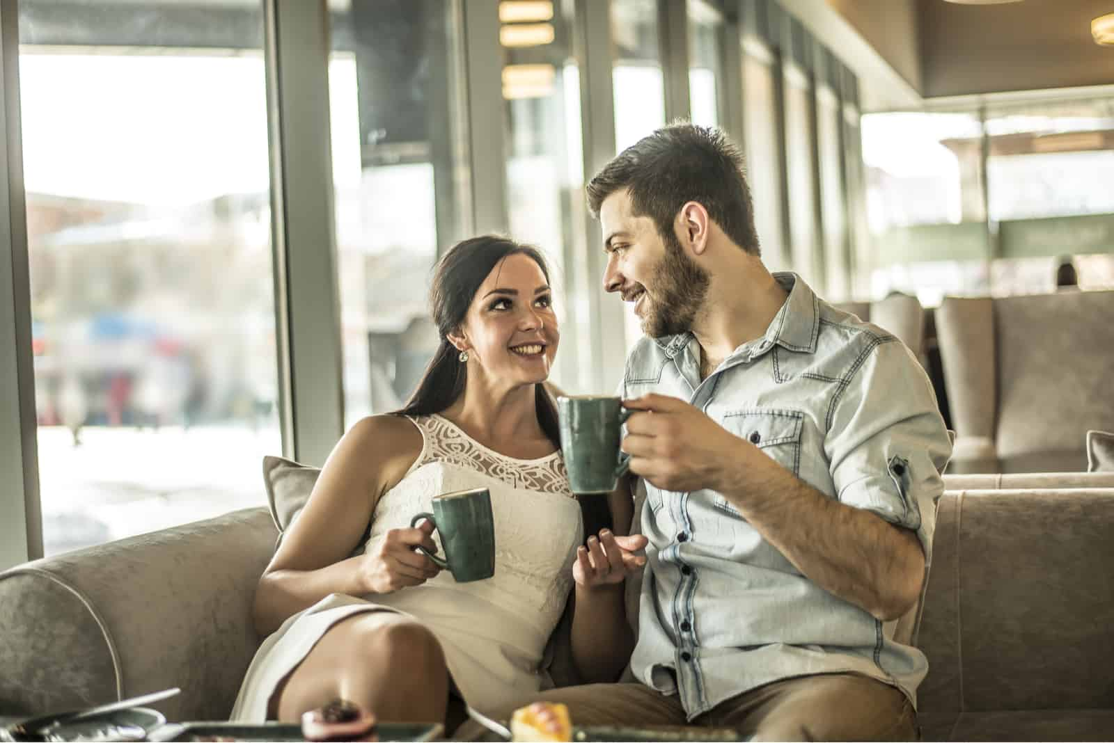 Ein Mann und eine Frau sitzen in einem Café und unterhalten sich