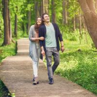 Junges Paar spaziert im Park stroll