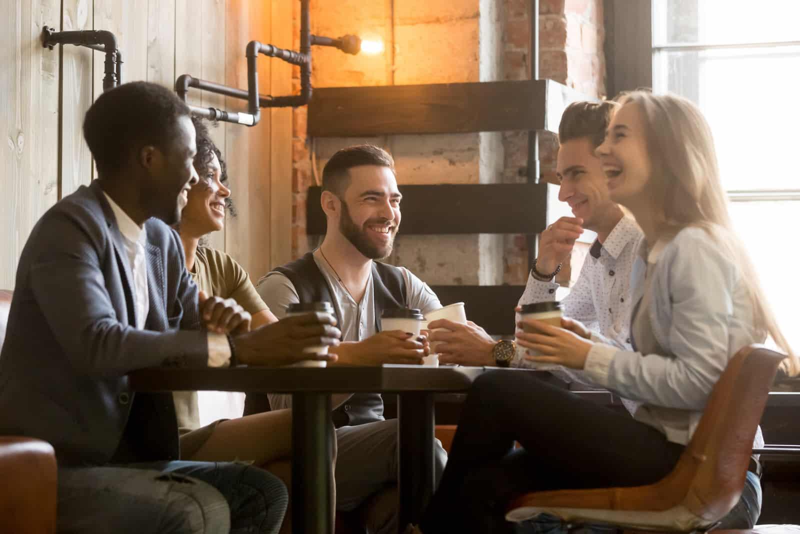 Freunde, die Spaß haben und lachen, trinken Kaffee im Kaffeehaus?