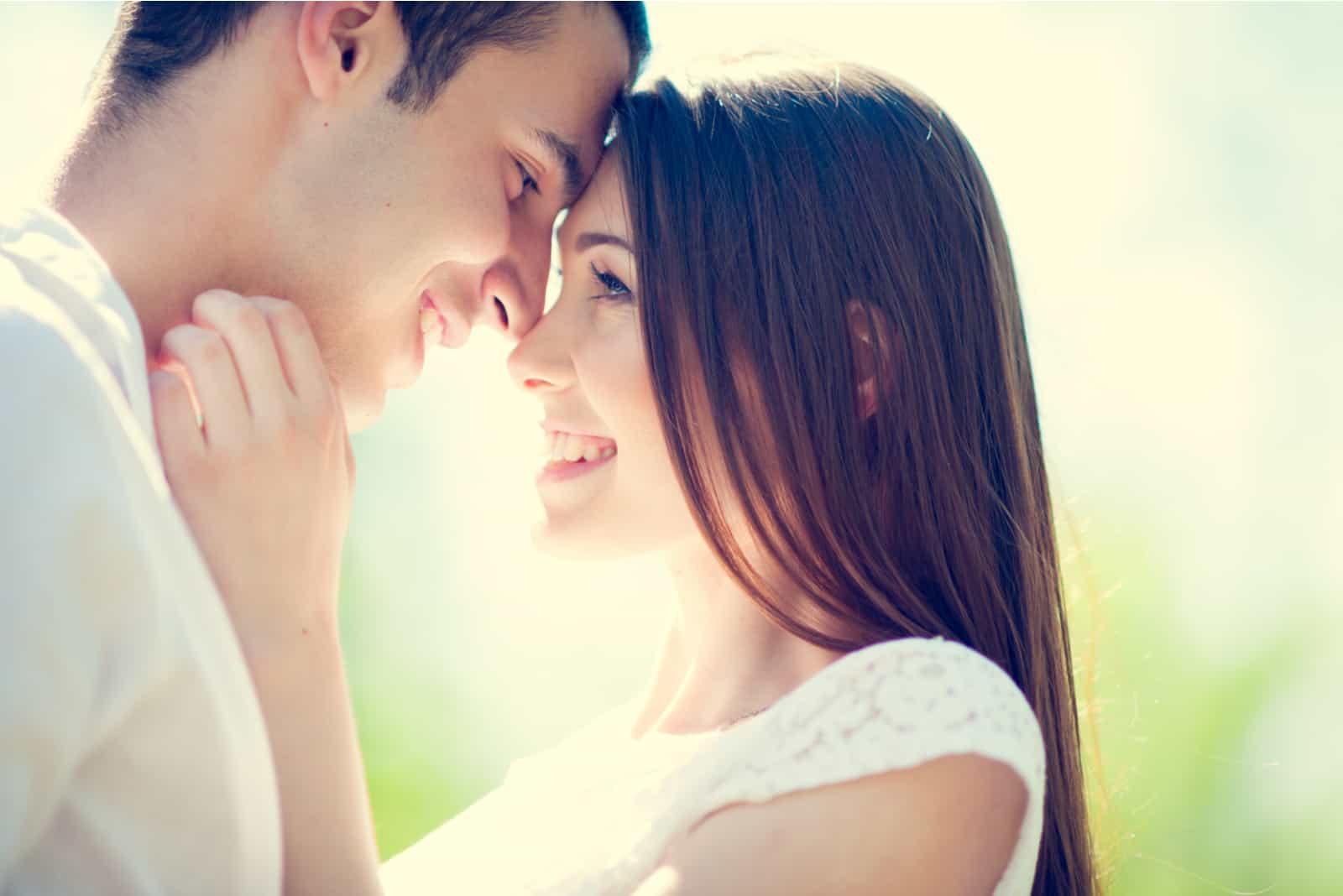 Glückliches lächelndes Paar verliebt