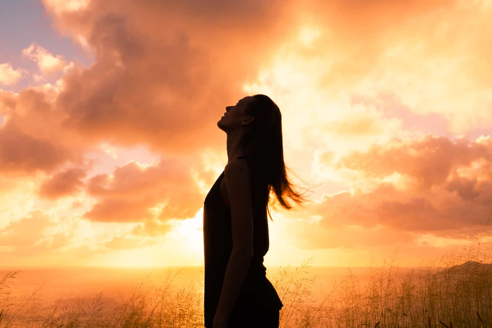Junge Frau, die in den Himmel schaut