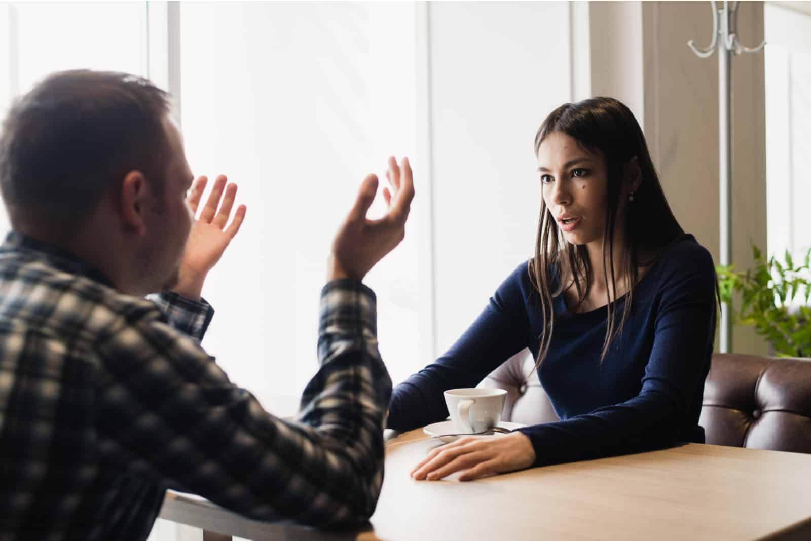 Junges Paar streitet in einem Café