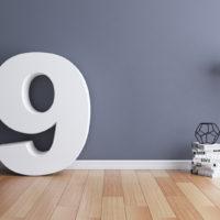 Nummer 9 grau auf dem Boden