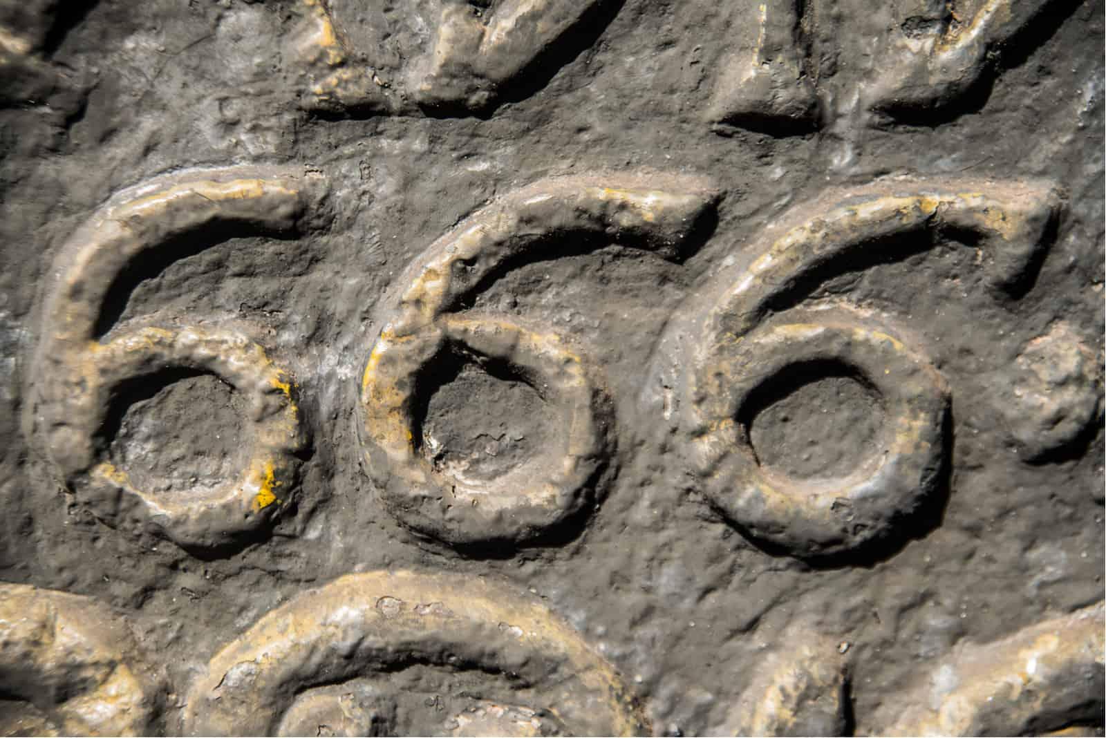 Nummer 666 in Stein gemeißelt