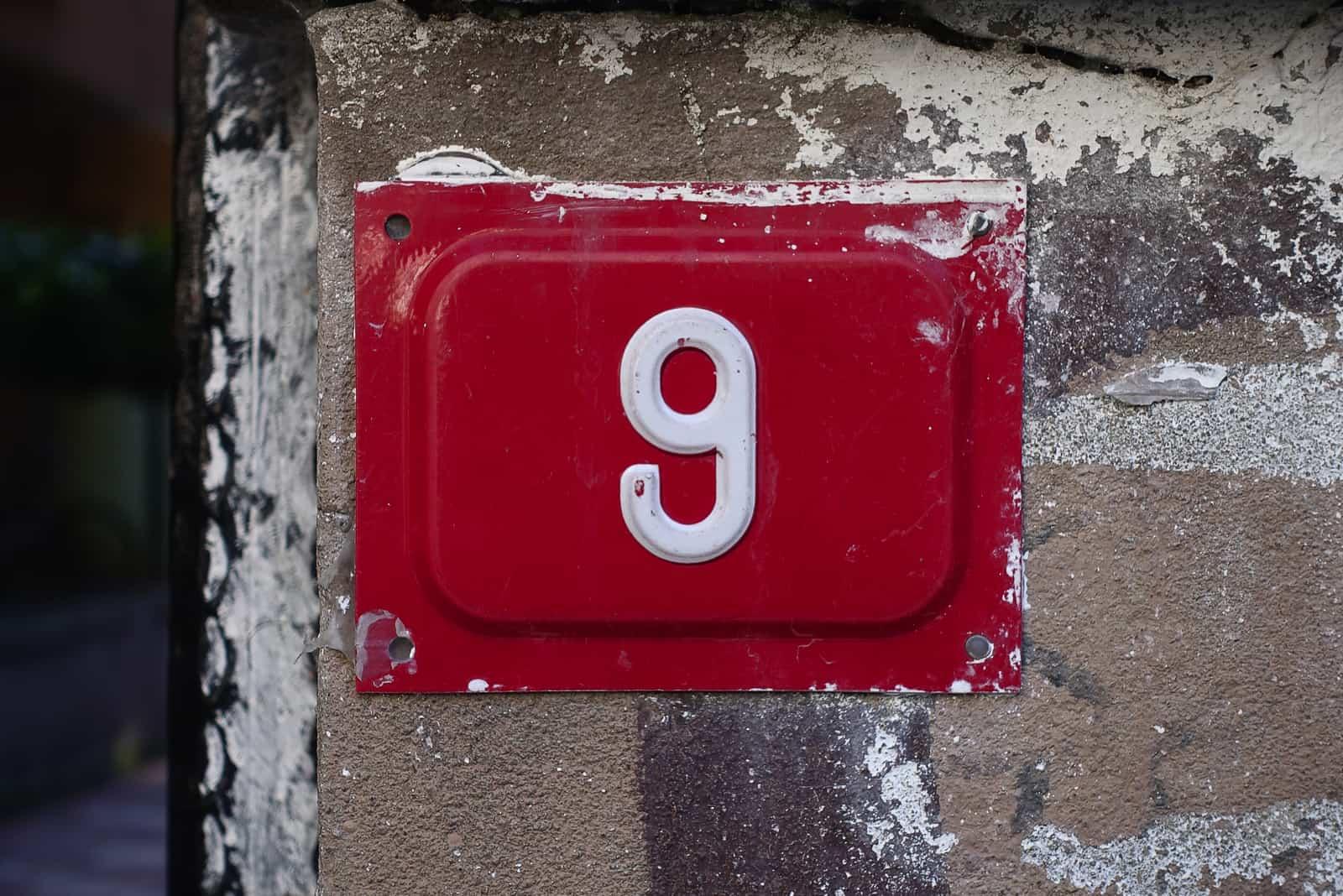 Nummer 9 auf rotem Grund des Hauses