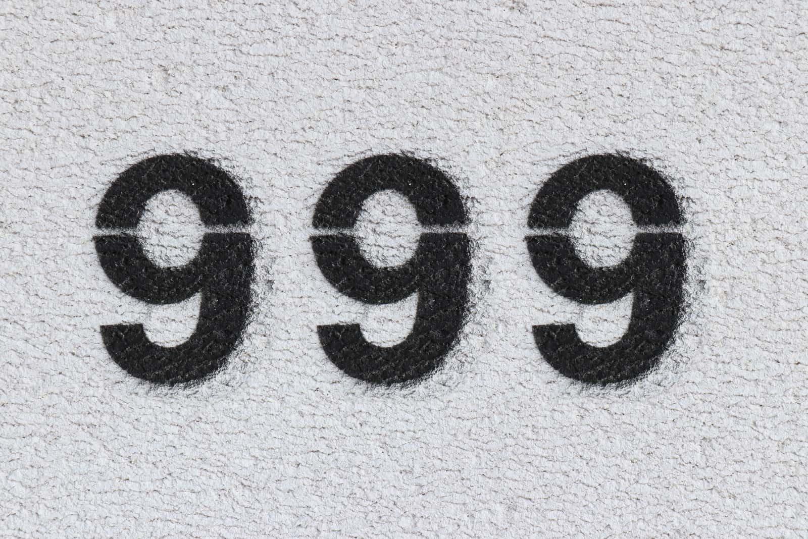 Nummer 999 auf grauem Hintergrund