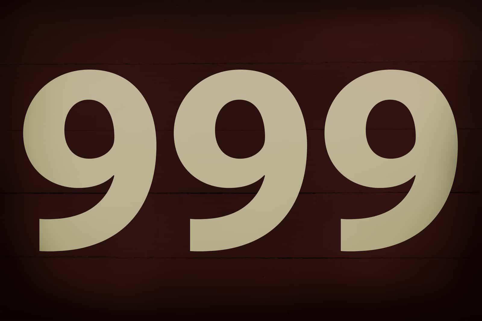 Nummer 999 auf schwarzem Hintergrund