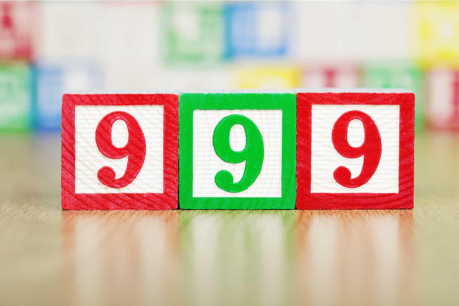 Nummer 999 grün und rot in Würfeln
