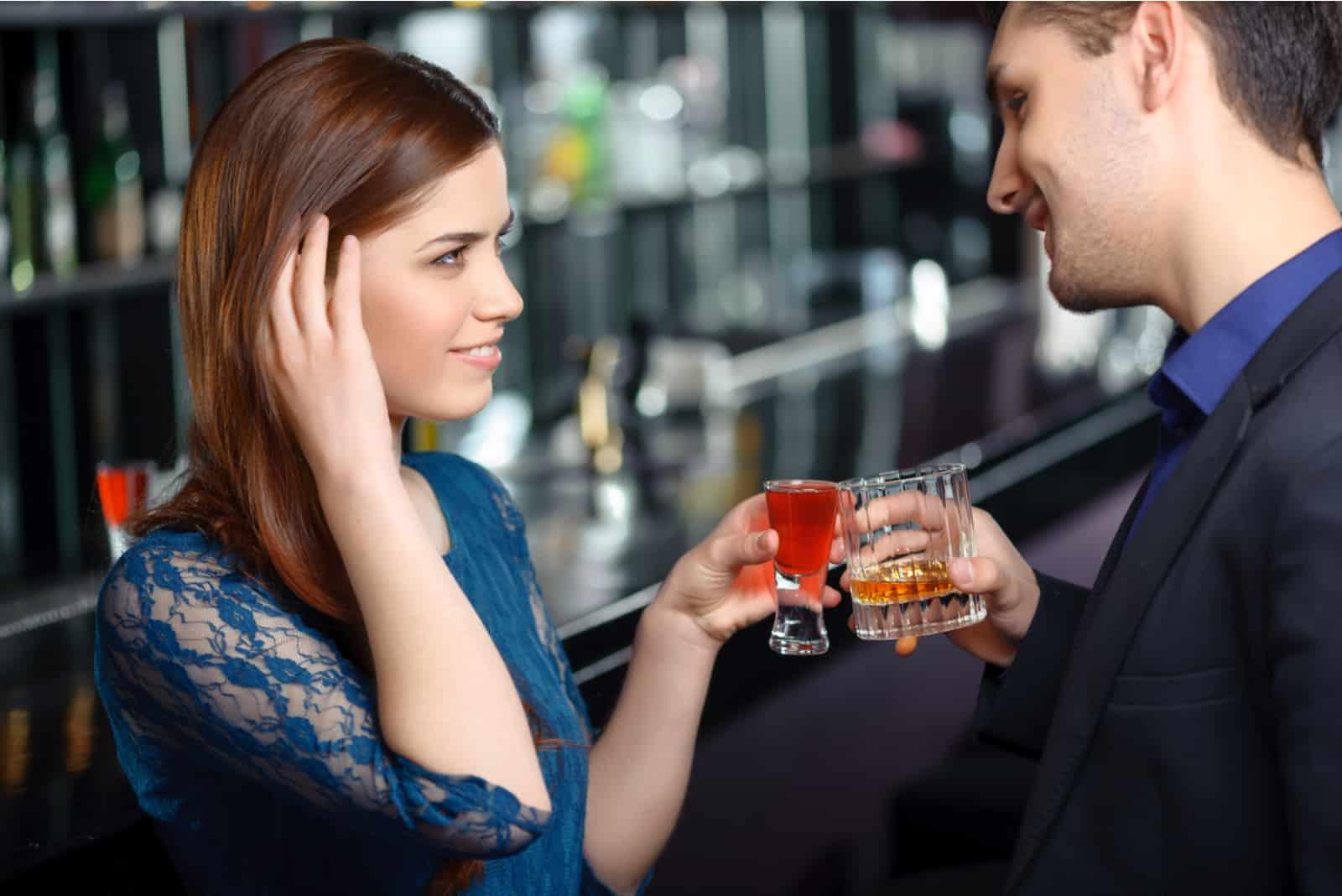 Paar flirtet und trinkt Cocktails in der Bar