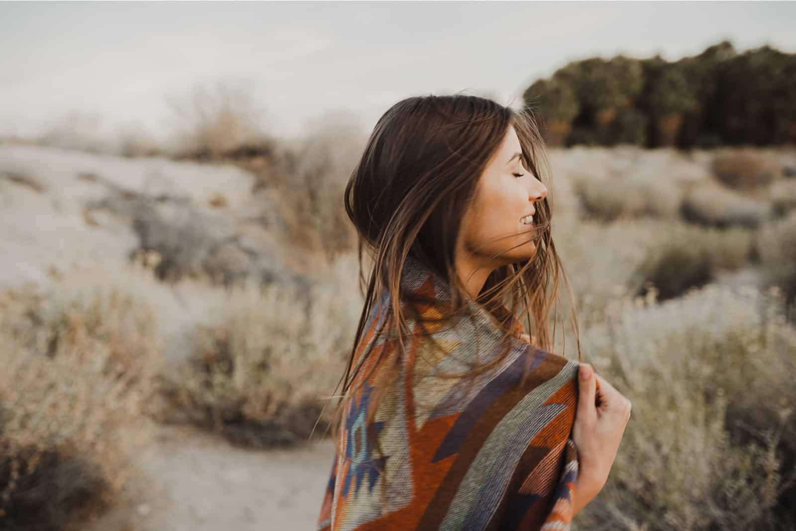 Reisendes Mädchen im Zigeunerlook und windigen Haaren