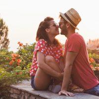 Junges verliebtes Paar auf dem Balkon