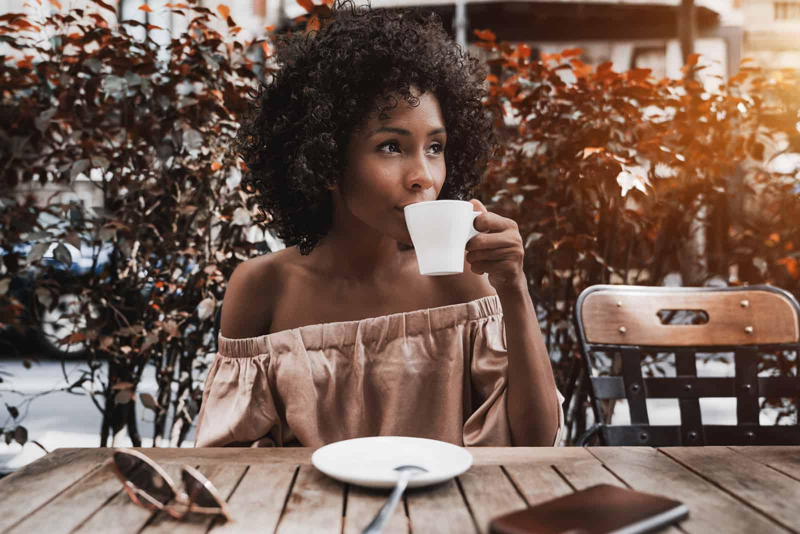 Weibchen trinkt leckeren Tee