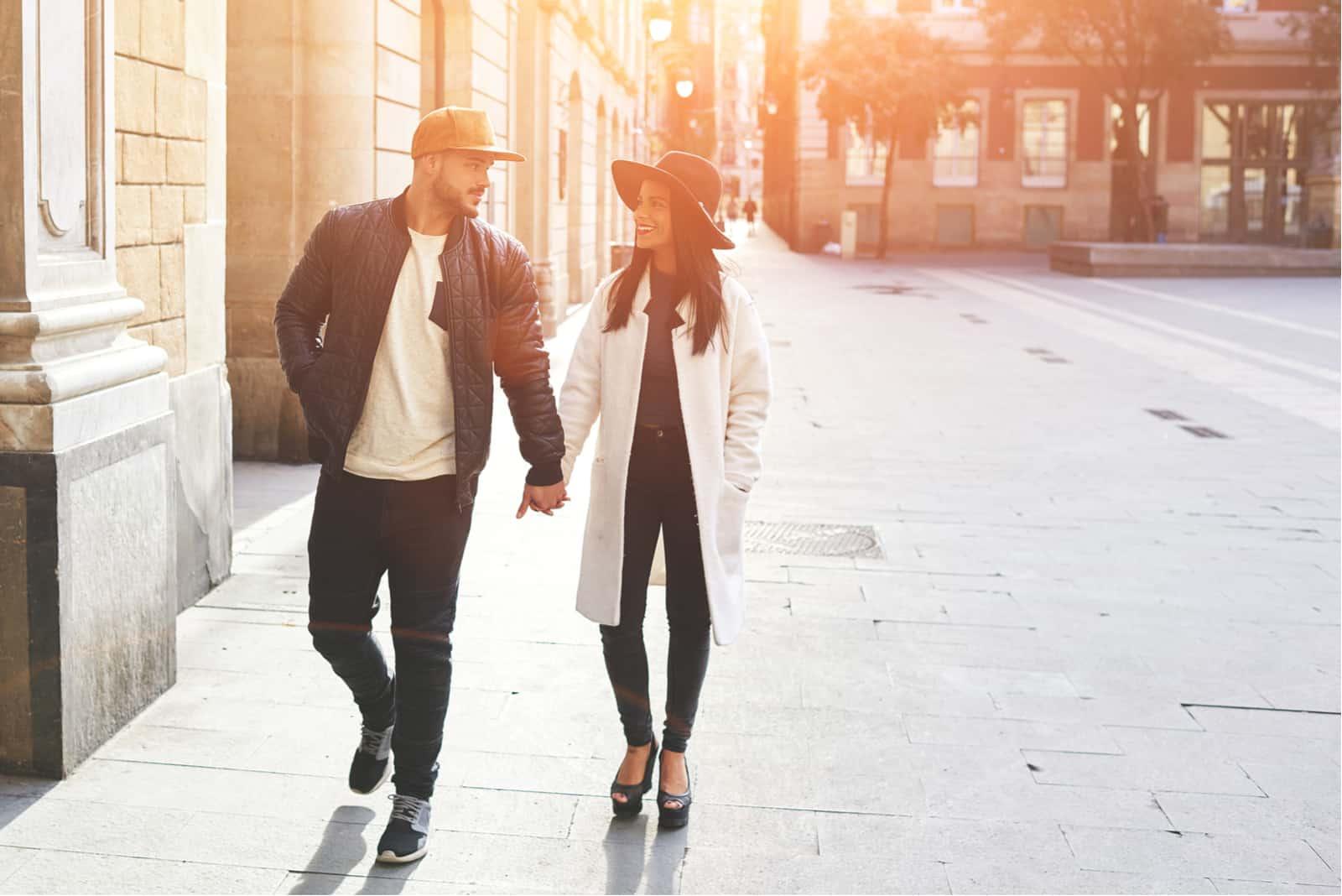 ein Mann und eine Frau gehen die Straße entlang