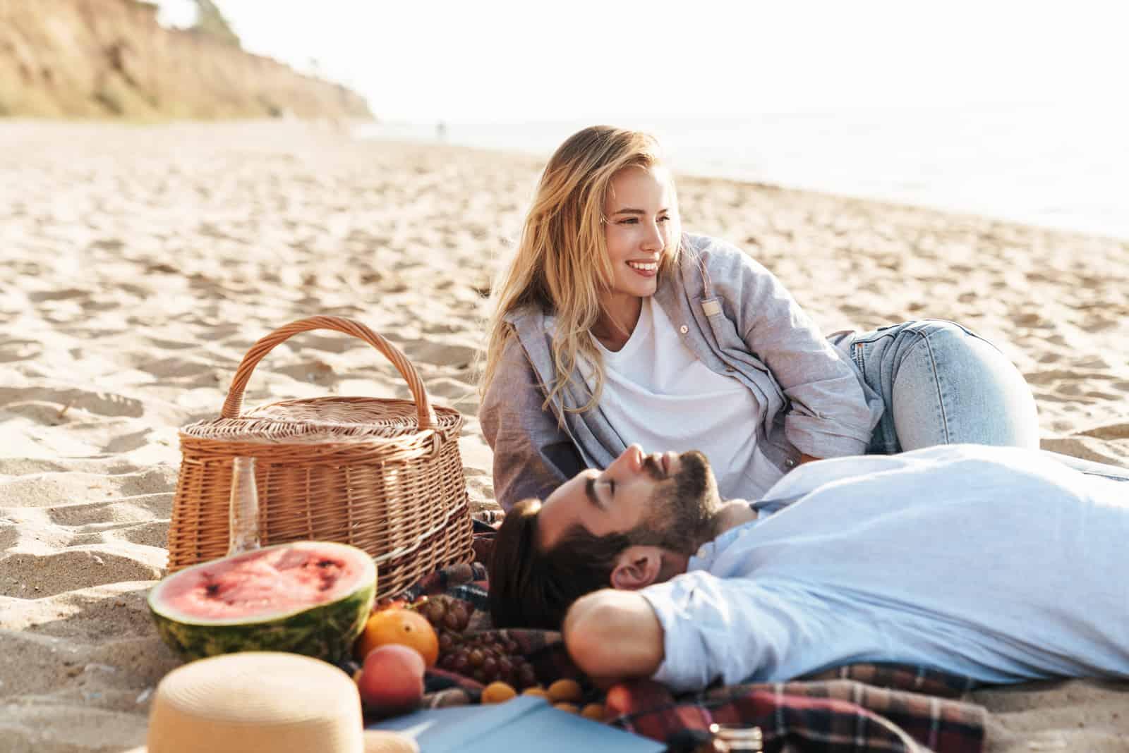 ein Mann und eine Frau unterhalten sich am Strand