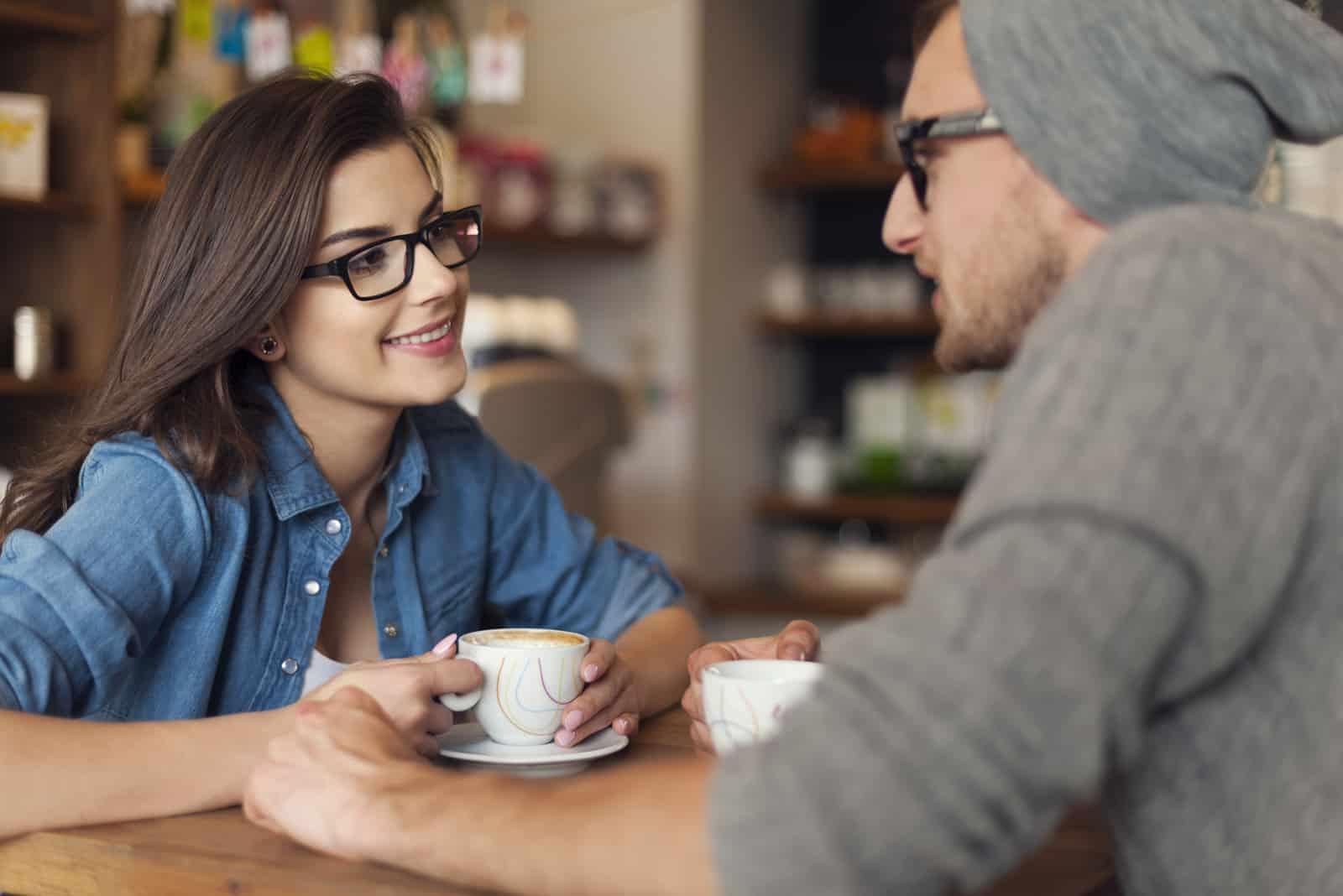 ein verliebtes Paar beim Kaffee reden
