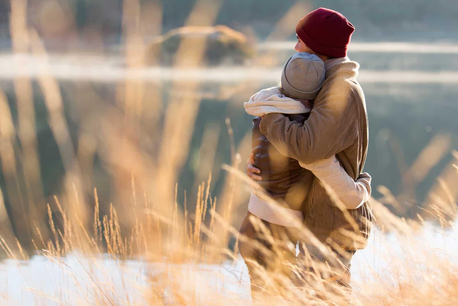 schönes junges Paar umarmt sich im Freien