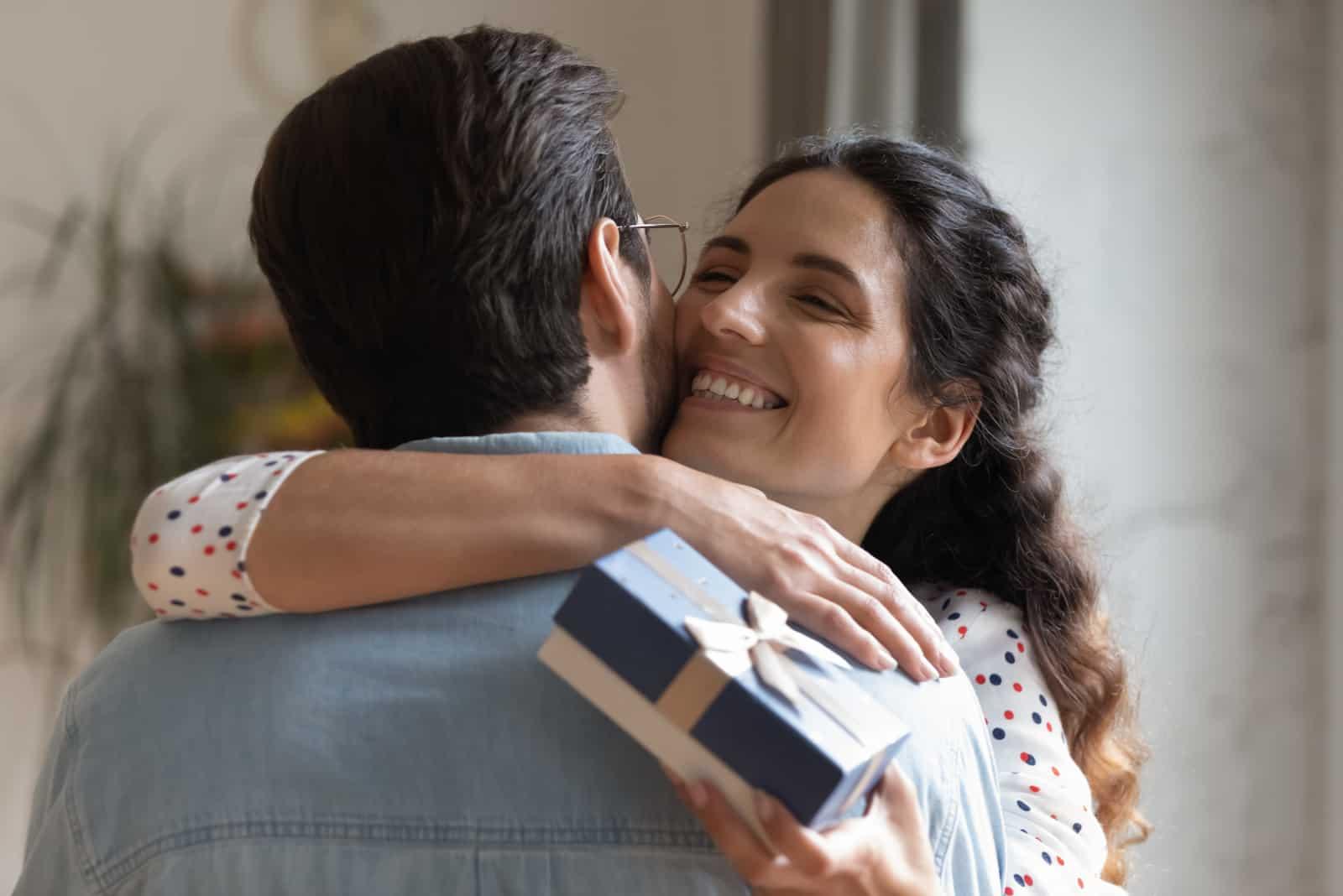 überglückliche Frau umarmt Ehemann