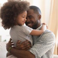 Vater halten Umarmung süßes kleines Kind Tochter