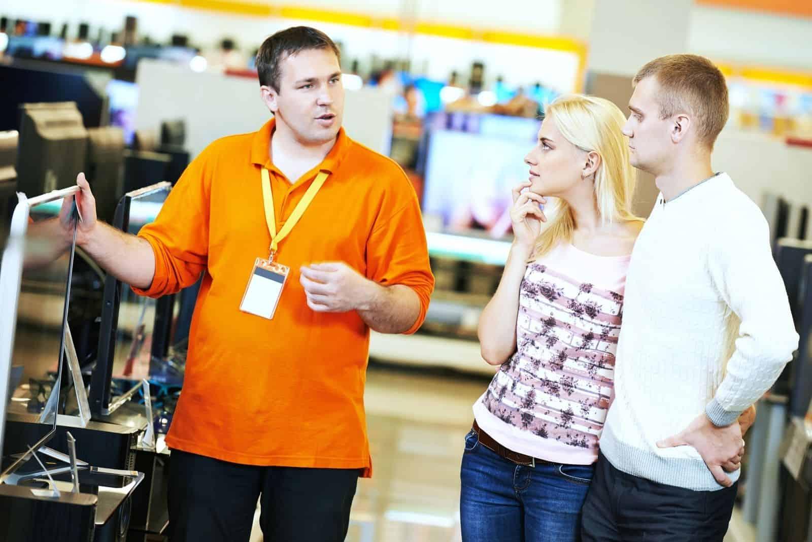 Familieneinkauf für den Fernseher unterstützt durch den elektronischen Filialassistenten